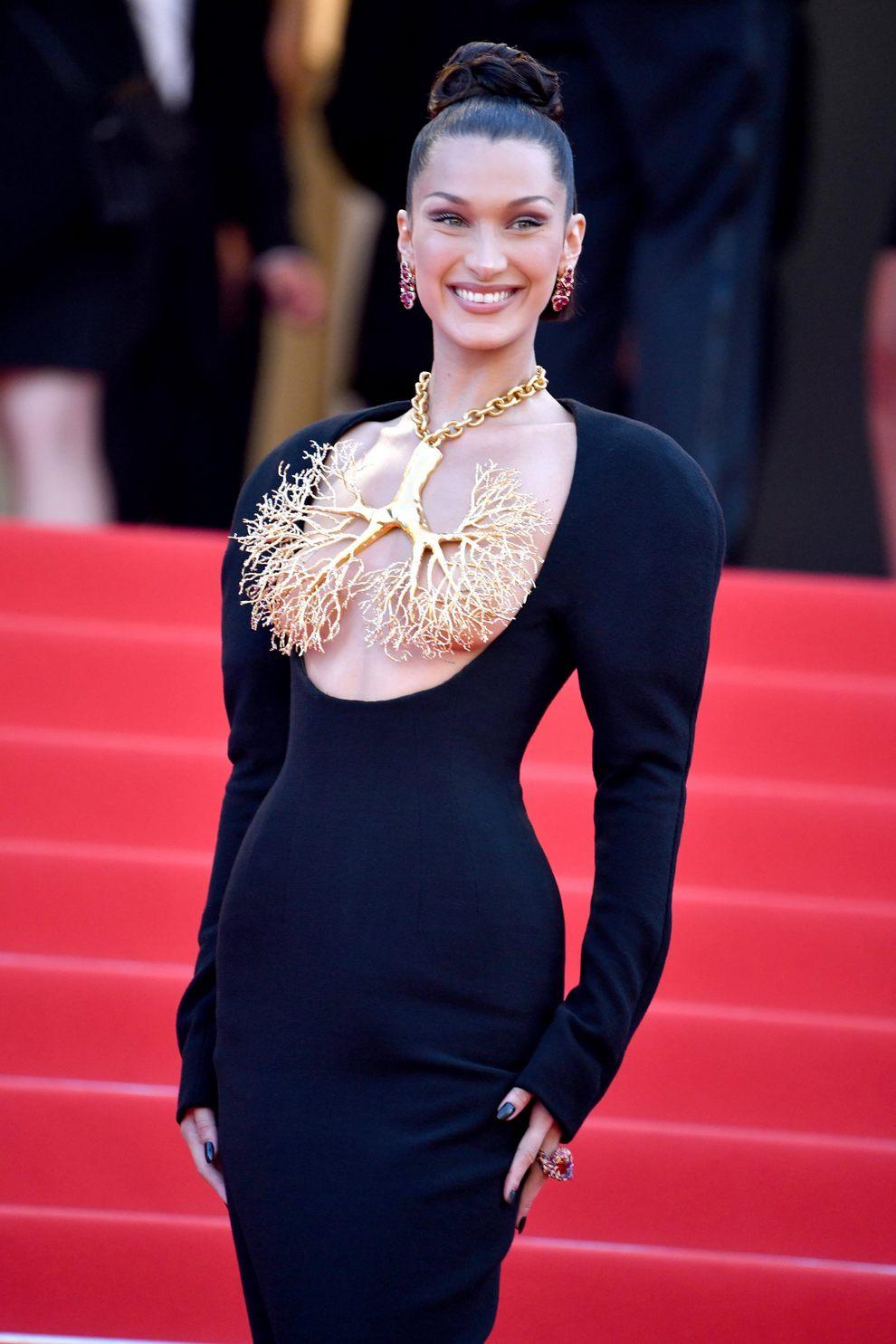 Белла Хадид надела самое обсуждаемое платье 2021 года от Schiaparelli —  LiKE in UA